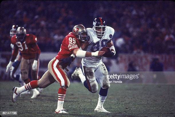 Tight end Mark Bavaro of the New York Giants tries to break away from linebacker Mike Walter of the San Francisco 49ers at Candlestick Park on...