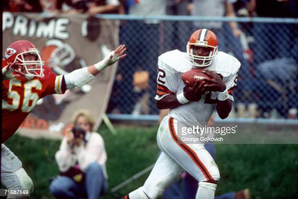 Tight end Ozzie Newsome of the Cleveland Browns catches a pass against linebacker Dino Hall of the Kansas City Chiefs at Municipal Stadium on October...