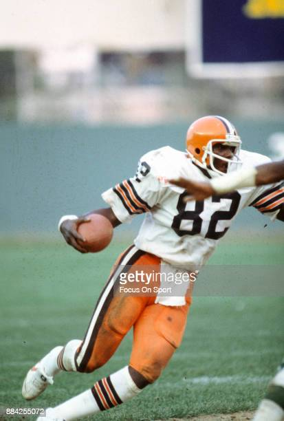 Tight End Ozzie Newsome of the Cleveland Browns runs with the ball after catching a pass against the New York Jets during an NFL football game...