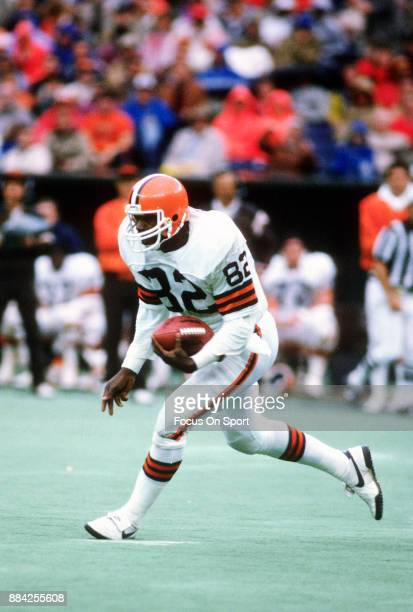 Tight End Ozzie Newsome of the Cleveland Browns runs with the ball after catching a pass against the Cincinnati Bengals during an NFL football game...