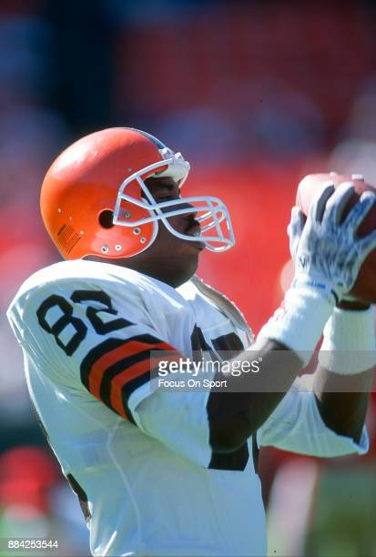 Tight End Ozzie Newsome of the Cleveland Browns warms up prior to the start of an NFL football game circa 1985 Newsome played for the Browns from...