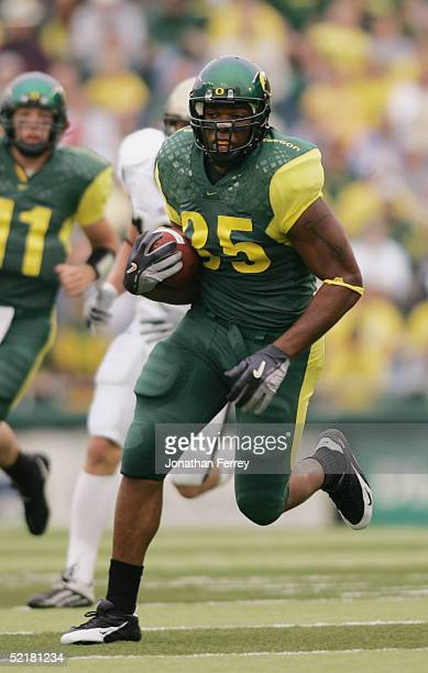 Tight end Tim Day of the Oregon Ducks runs against the Idaho Vandals during the game on September 25 2004 at Autzen Stadium in Eugene Oregon The...