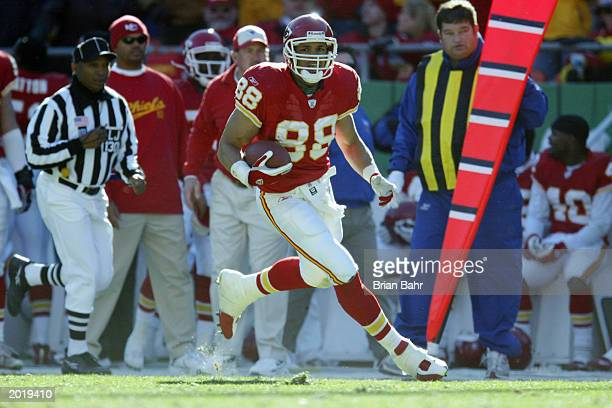 Tight End Tony Gonzalez of the Kansas City Chiefs runs with the ball during the NFL game against the Arizona Cardinals at Arrowhead Stadium on...
