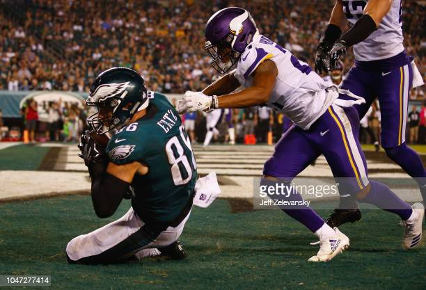 Tight end Zach Ertz of the Philadelphia Eagles makes a touchdown against cornerback Mike Hughes and free safety Harrison Smith of the Minnesota...