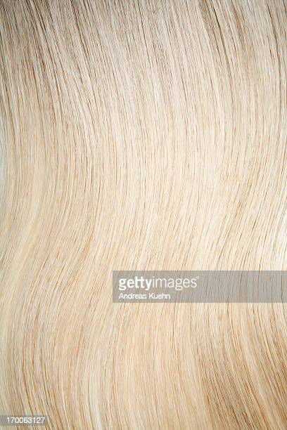 tight shot of shiny blond hair. - cheveux blonds photos et images de collection