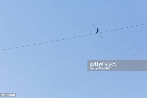tightrope walker, niagara falls, ontario, canada - 綱渡りのロープ ストックフォトと画像