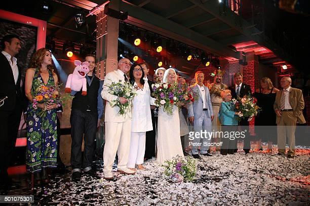 Til Brönner Anke Engelke Martin Reionl mit Schwein Eberhard dahinter Max Raabe Dr Alfred Biolek Nana Mouskouri Gwyneth Jones dahinter Alice und Ellen...