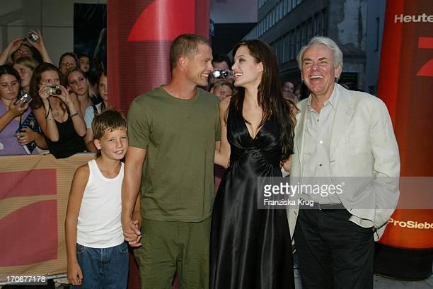 Til Schweiger Mit Sohn Valentin Angelina Jolie Und Regisseur Jan De Bont Bei Der Deutschlandpremiere 'Tomb Raider 2 Die Wiege Des Lebens' Im Mathäser...