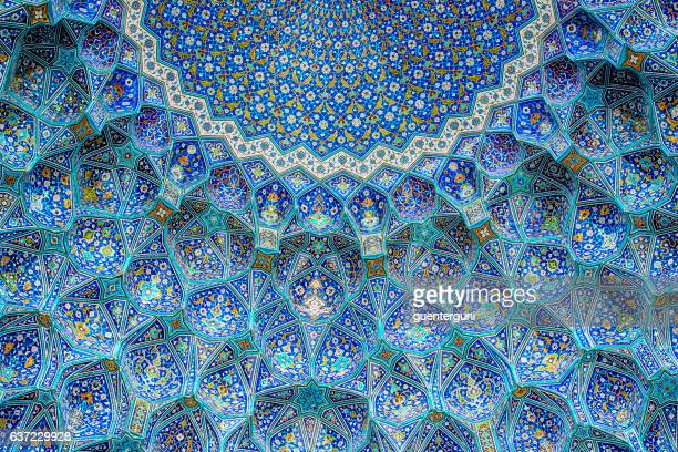 tilework at shah mosque on imam square, isfahan, iran - boog architectonisch element stockfoto's en -beelden