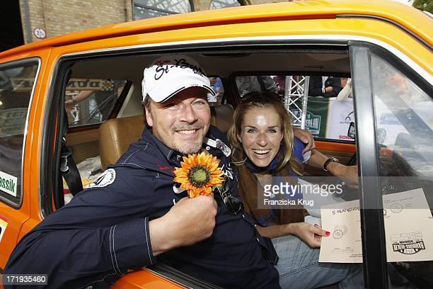 Till Demtröder Und Eve Scheer Beim Ende Der 4 Oldtimer Rallye Berlin Klassik In Berlin