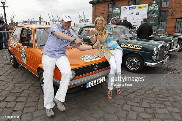 Till Demtröder Und Eve Scheer Beim Start Der 4 Oldtimer Rallye Berlin Klassik In Hamburg