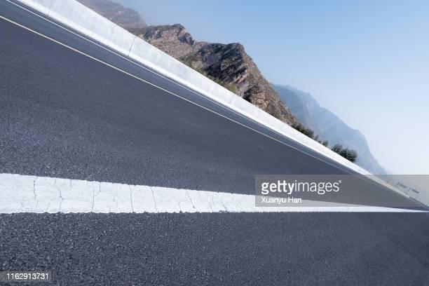 tilt shot of an empty road - gekanteld stockfoto's en -beelden