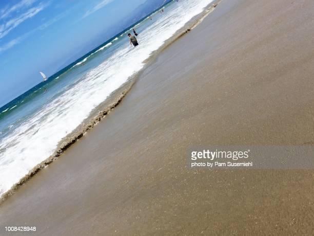 tilted angle, beachgoers with sand in focus - inclinando se - fotografias e filmes do acervo