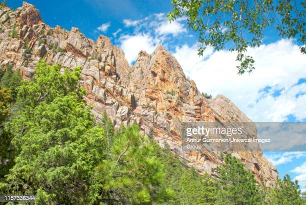 tilted slabs of sedimentary rock, rocky mountains, colorado - arthur foto e immagini stock