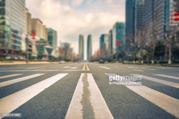 tilt-shift view of a crosswalk zebra in a large avenue in chengdu - strisce pedonali foto e immagini stock