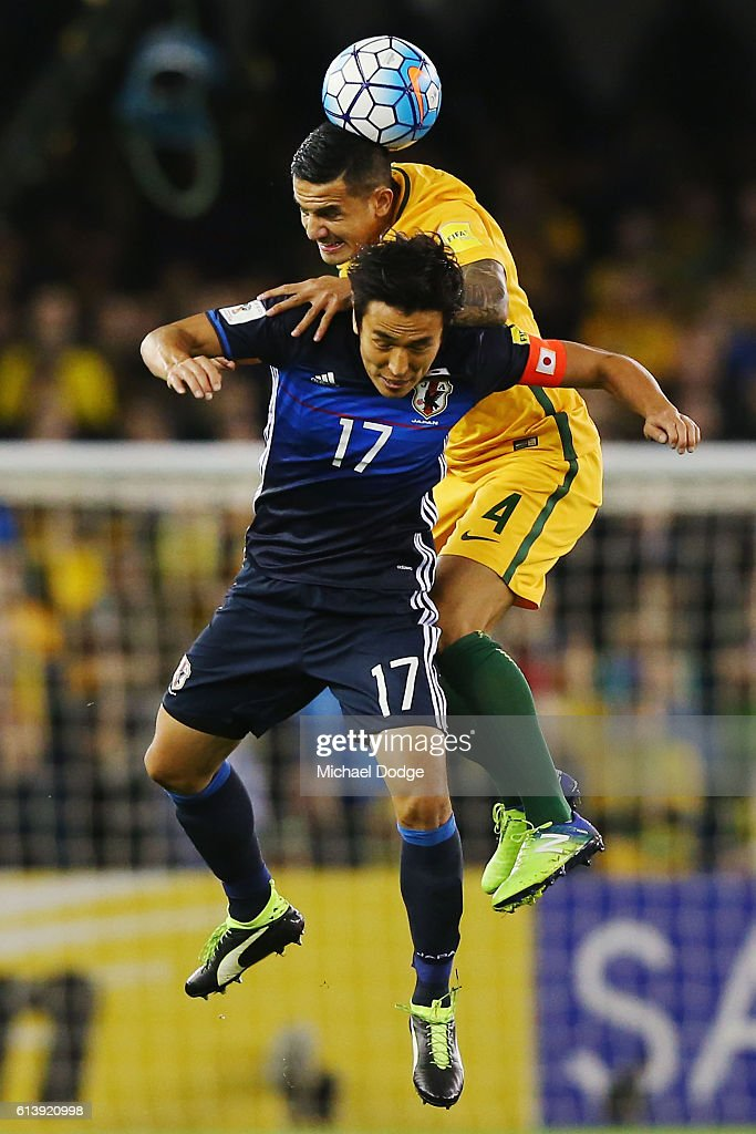 Tim Cahill of the Socceroos hreads the ball over Makoto Hasebe of Japan during the 2018 FIFA World Cup Qualifier match between the Australian Socceroos and Japan at Etihad Stadium on October 11, 2016 in Melbourne, Australia.