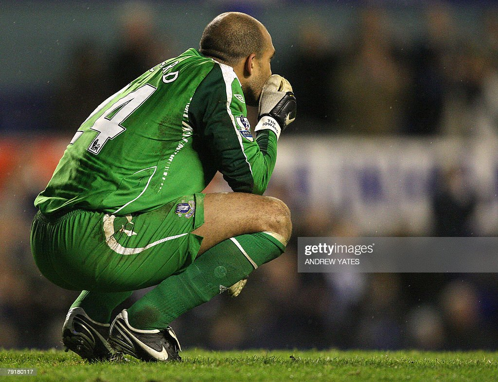 Tim Howard goalkeeper of Everton reacts at the final whistle after the English League Cup football match against Chelsea at Goodison Park, in Liverpool, north-west, 23 January 2008. AFP PHOTO/ANDREW YATES Mobile and website use of domestic English football pictures are subject to obtaining a Photographic End User Licence from Football DataCo Ltd Tel : +44 (0) 207 864 9121 or e-mail accreditations@football-dataco.com - applies to Premier and Football League matches.