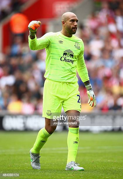 Tim Howard of Everton celebrates his team's first goal by Romelu Lukaku during the Barclays Premier League match between Southampton and Everton at...