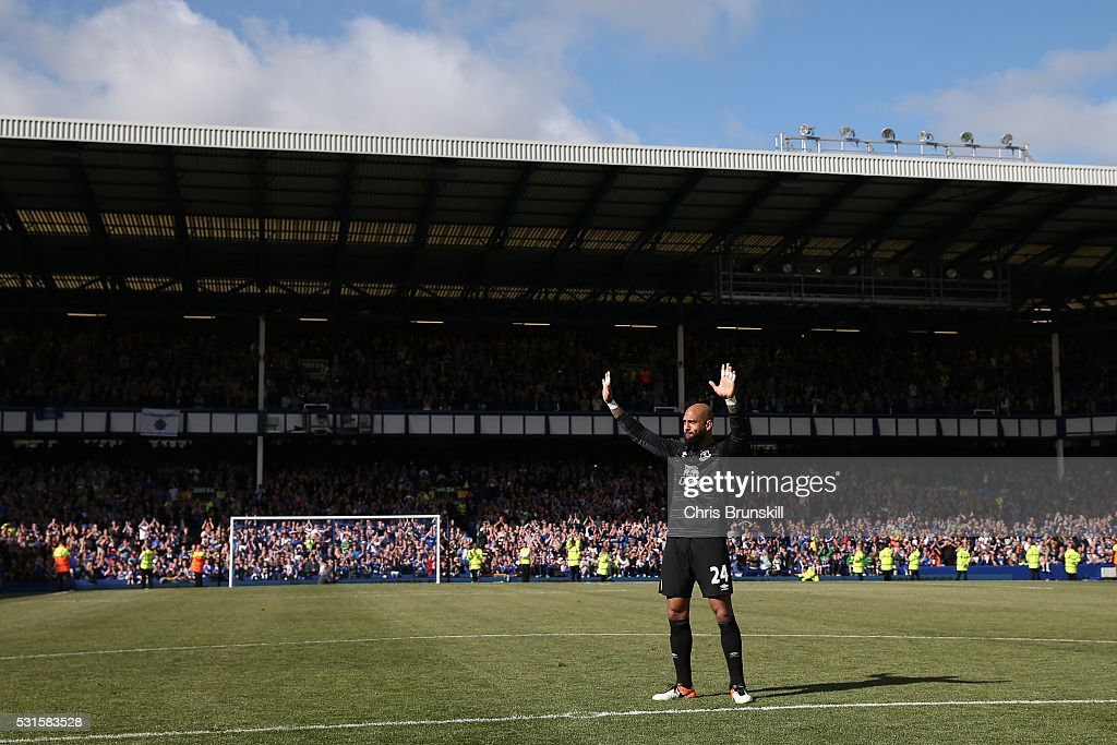 Tim Howard of Everton waves to supporters after the Barclays Premier League match between Everton and Norwich City at Goodison Park on May 15, 2016 in Liverpool, England.