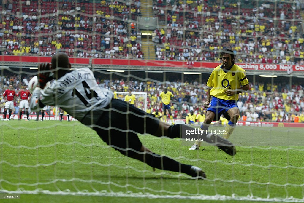 Tim Howard of Manchester United saves the final penalty from Robert Pires of Arsenal : News Photo