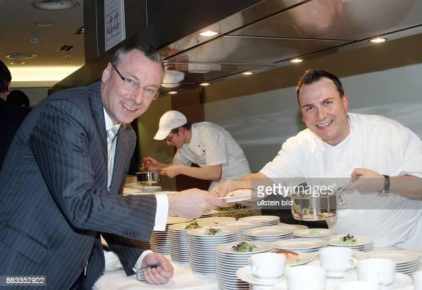 Tim Raue Koch D mit dem Swisshotel Direktor Michael Möcking beim Anrichten von Speisen fuer die ITB Party