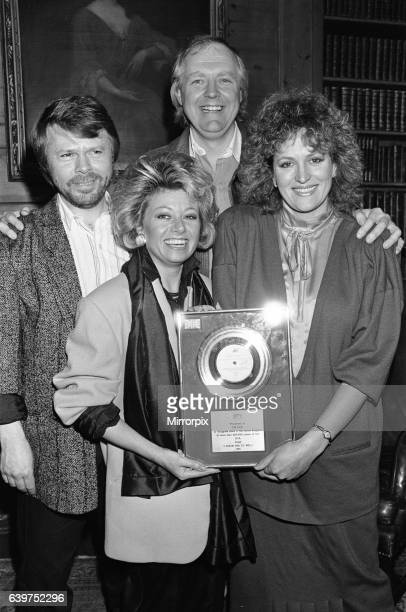 Tim RIce Bjorn Ulvaeus Barbara Dickson and Elaine Page pictured at the presentation of a silver disc for their No1 hit I know Him So Well 7th...