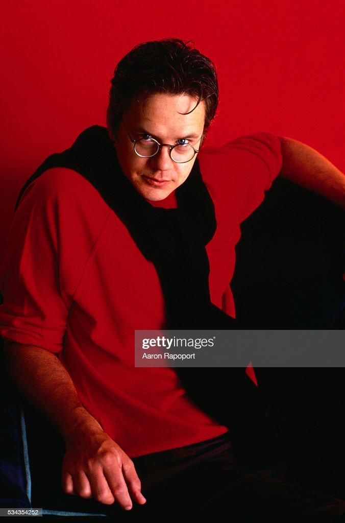Actor Tim Robbins Wearing Sweater around Neck : ニュース写真