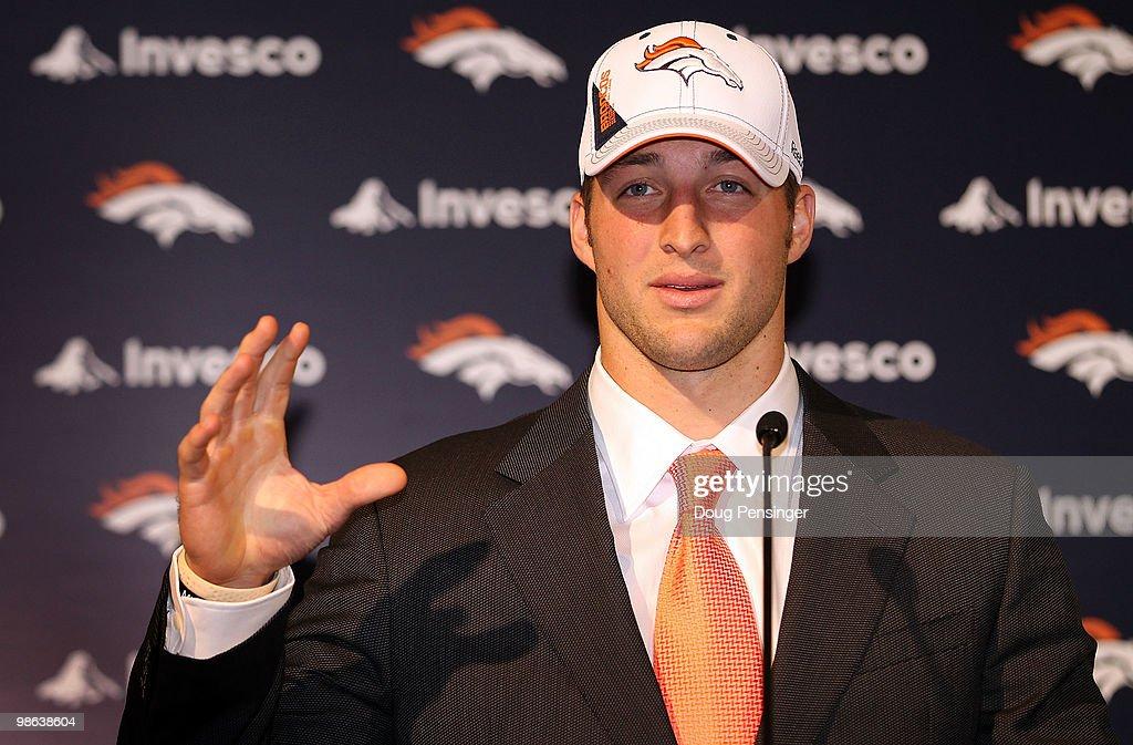 Denver Broncos Introduce Tim Tebow : ニュース写真