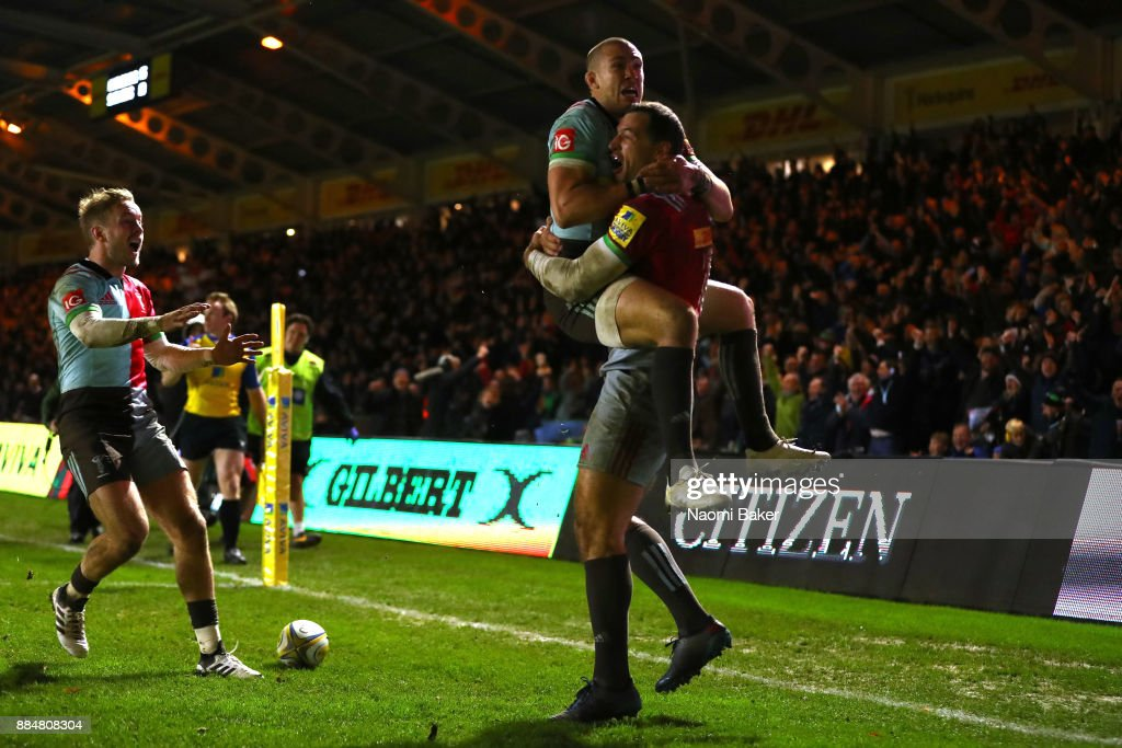 Tim Visser of Harlequins is congratulated by Mike Brown after scoring the winning try during the Aviva Premiership match between Harlequins and Saracens at Twickenham Stoop on December 3, 2017 in London, England.