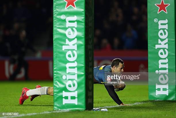 Tim Visser of Harlequins scores a try during the European Rugby Challenge Cup match between Harlequins v Stade Francais Paris on October 13, 2016 in...