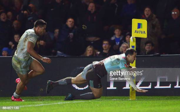 Tim Visser of Harlequins scores the winning try the Aviva Premiership match between Harlequins and Saracens at Twickenham Stoop on December 3 2017 in...