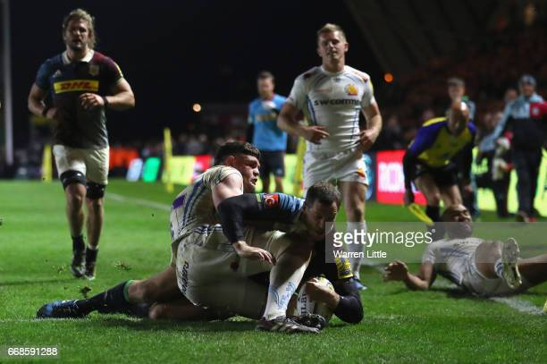 Tim Visser of Harlequins scores try during the Aviva Premiership match between Harlequins and Exeter Chiefs at Twickenham Stoop on April 14 2017 in...