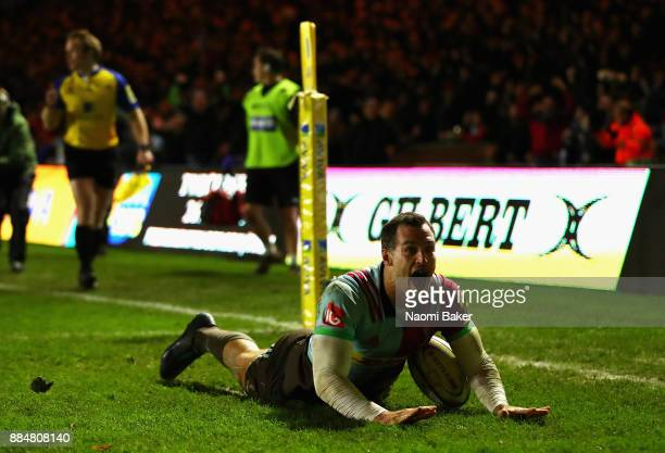 Tim Visser scores the winning try during the Aviva Premiership match between Harlequins and Saracens at Twickenham Stoop on December 3 2017 in London...