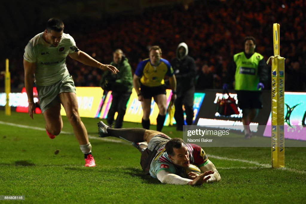 Tim Visser scores the winning try during the Aviva Premiership match between Harlequins and Saracens at Twickenham Stoop on December 3, 2017 in London, England.