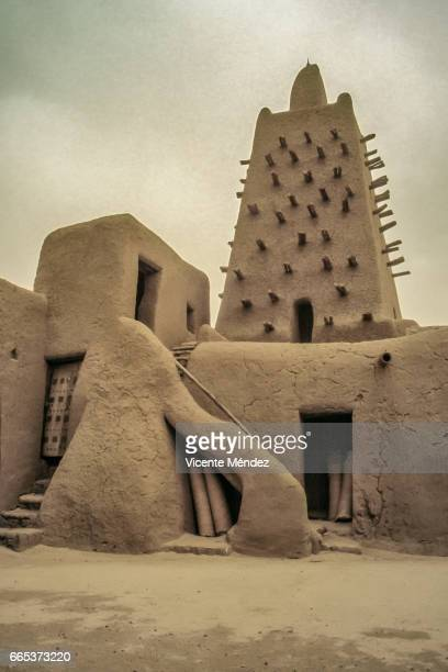 timbuktu mosque (mali) - áfrica del oeste stock pictures, royalty-free photos & images