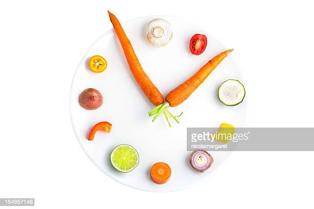 time for food - clock made from assorted fruit & vegetables - klok stockfoto's en -beelden