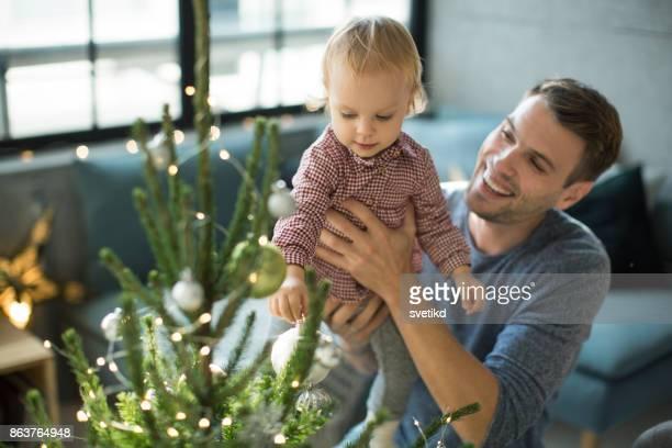tijd voor tree decoratie - familie met één kind stockfoto's en -beelden