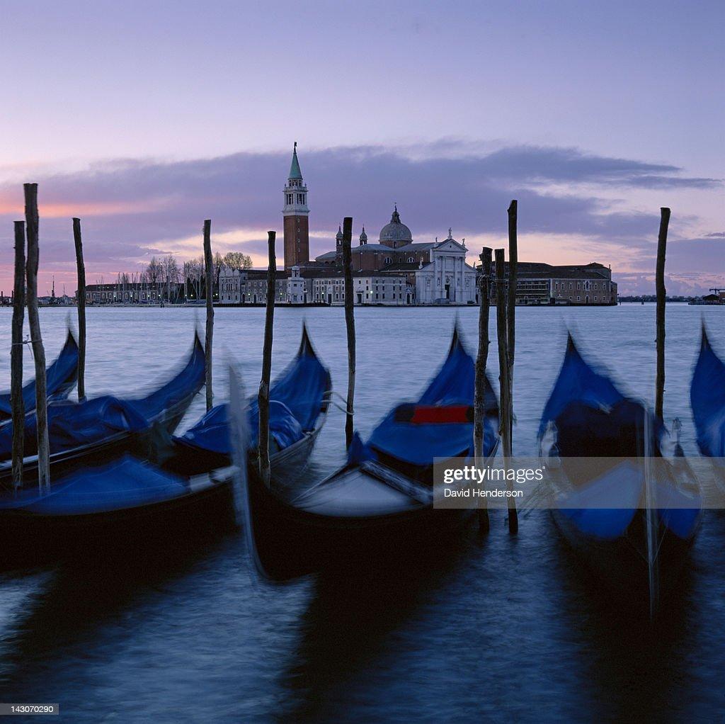 Time lapse view of gondolas docked in urban pier : Stock Photo