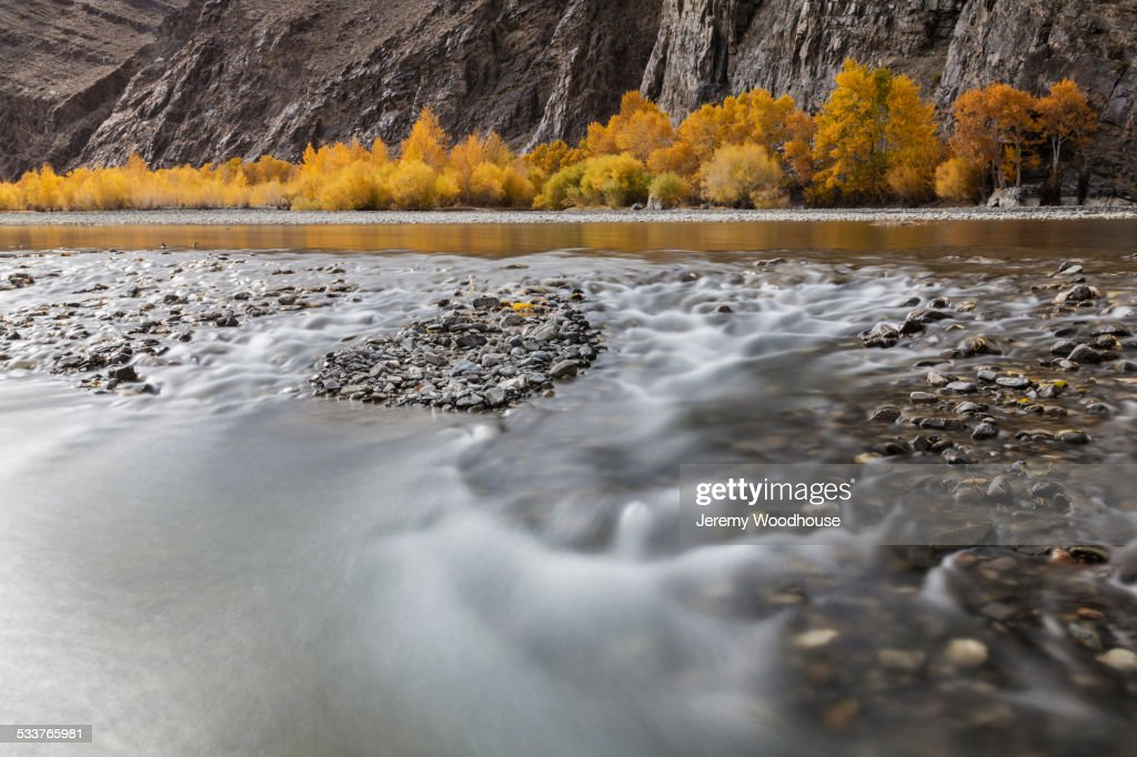 Time lapse view of river and rocky riverbed in remote landscape : Foto stock