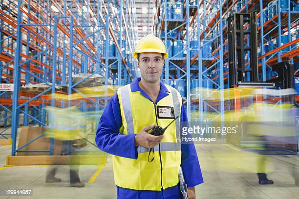 Zeitraffer auf der Arbeitnehmer im warehouse
