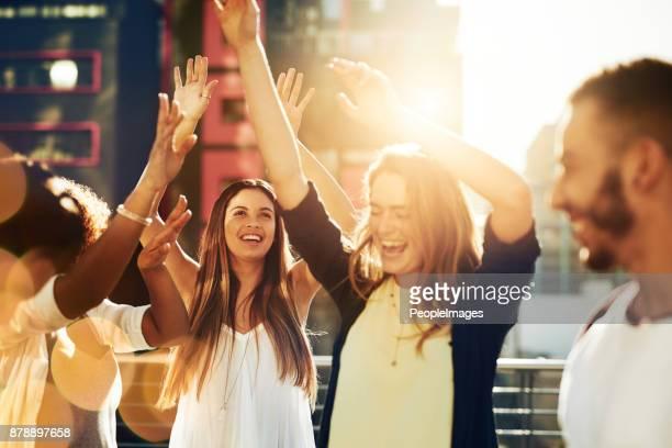 tiempo para disfrutar de nosotros mismos - pueblo fotografías e imágenes de stock