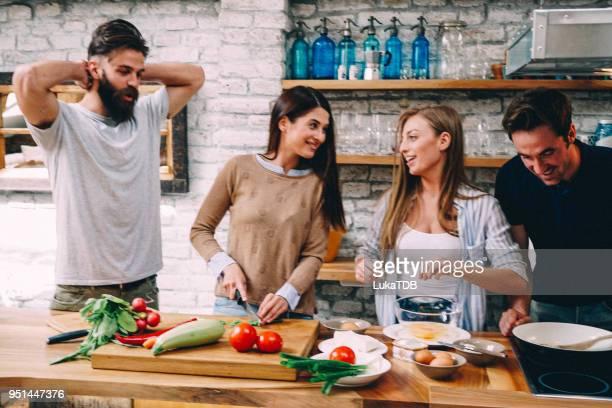 zeit zum mittagessen vorbereiten - küchenbedarf stock-fotos und bilder