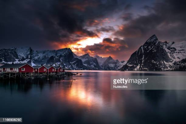 4k timelaps :aurora lofoten islands the county of nordland, norway. - poolklimaat stockfoto's en -beelden
