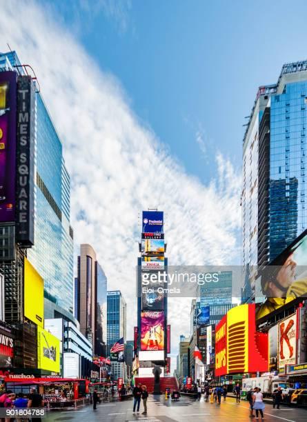 mal platz 7. av-new york manhattan midtown werbung amerika fußgänger - times square manhattan stock-fotos und bilder