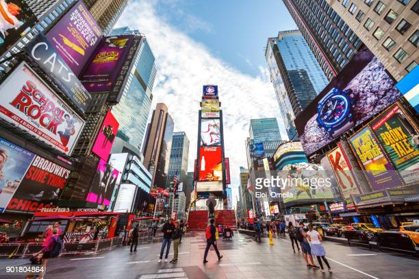 times square 7th av new york manhattan midtown advertising america pedestrians - new york foto e immagini stock