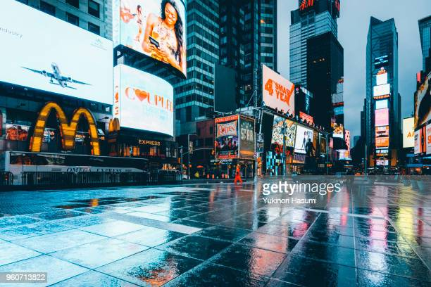times square after the rain - times square manhattan stock pictures, royalty-free photos & images