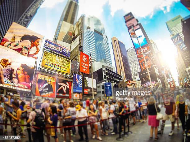 times square in new york - skyscraper film stock pictures, royalty-free photos & images