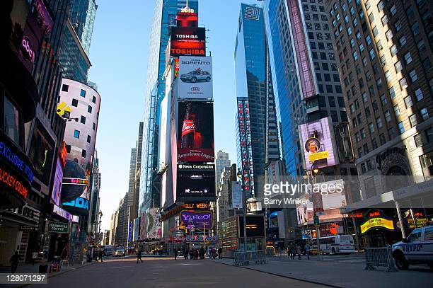 times square, neon lights looking north from w. 44 street and broadway, manhattan, new york, ny, usa - マンハッタン タイムズスクエア ストックフォトと画像