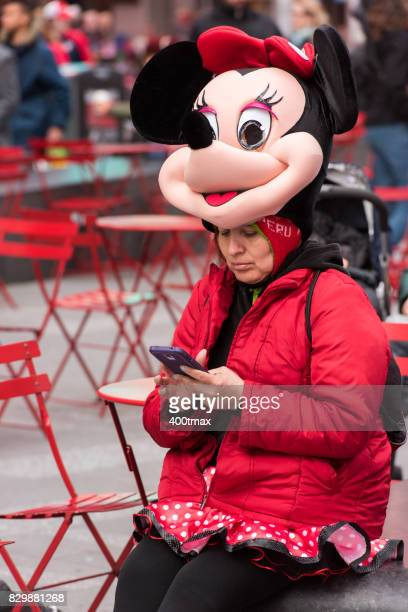 times square  - minnie mouse photos et images de collection