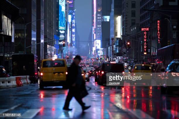 riflessioni di times square street - times square manhattan new york foto e immagini stock